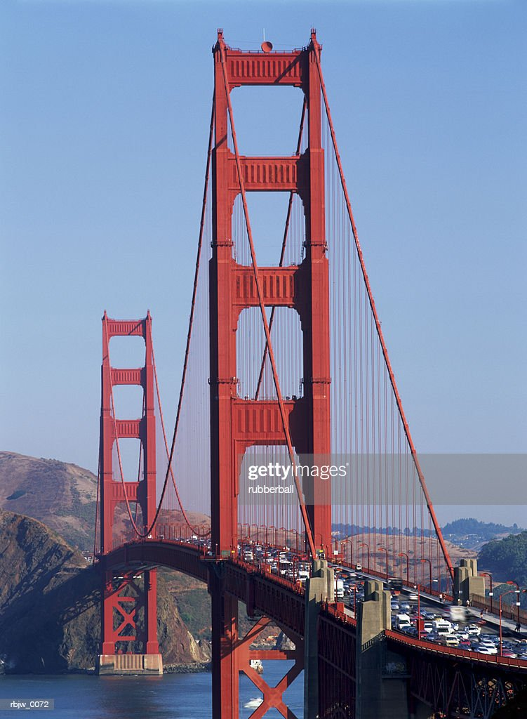 a close up of the san francisco golden gate bridge filled with traffic seen in late afternoon sun : Stockfoto