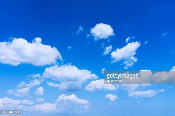 a cloudy sky - nuvens fofas imagens e fotografias de stock