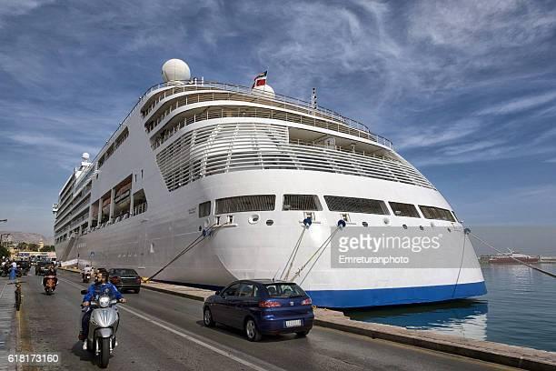 a cruiser ship at chios port. - emreturanphoto stockfoto's en -beelden