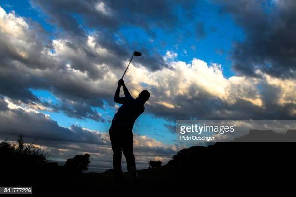 a golfer tee's off into the clouds. - ゴルフクラブ ドライバー ストックフォトと画像