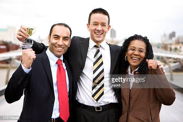グループのスタッフをお探しのトロフィーと笑顔