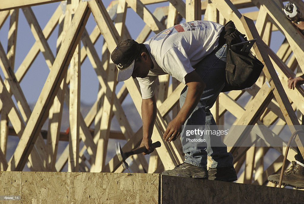 a house framer works on a project : Foto de stock
