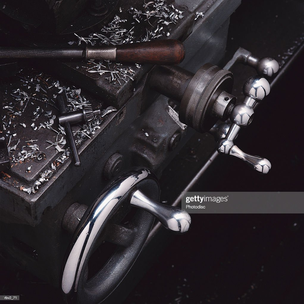 a machine that has two silver wheels with handles and an open top : Foto de stock