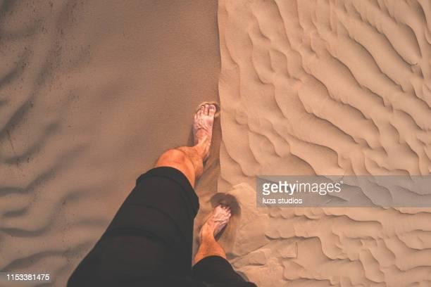 pov d'un homme explorant le désert pendant le coucher du soleil - arab feet photos et images de collection