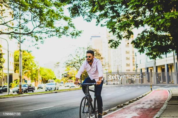 een mens op een fiets op een fietspad in porto alegre - pôrto alegre stockfoto's en -beelden
