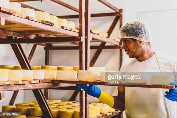 熟すためにチーズを入れる男 - ミナスジェライス州 ストックフォトと画像