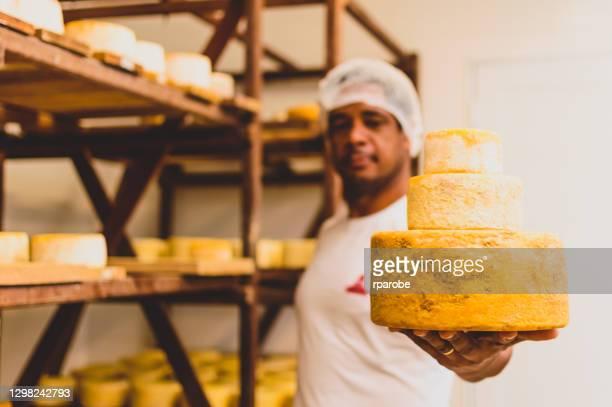 男は職人のチーズの生産を示しています - ミナスジェライス州 ストックフォトと画像