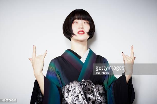 着物にモダン ・ ガール - ショートヘア ストックフォトと画像