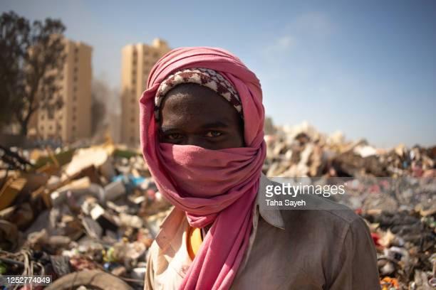 un ritratto di migrante che lavora in libia. - reportage foto e immagini stock