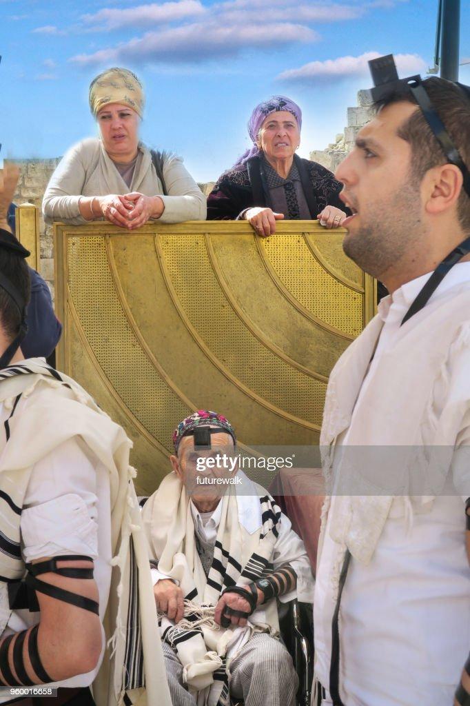 eine Szene an der Klagemauer mit Männern auf dem Hauptplatz und Frauen, die nicht gerade aus dem Jenseits der Barriere zulässig sind, beten.  Jerusalem, Israel, 5. März 2018 : Stock-Foto