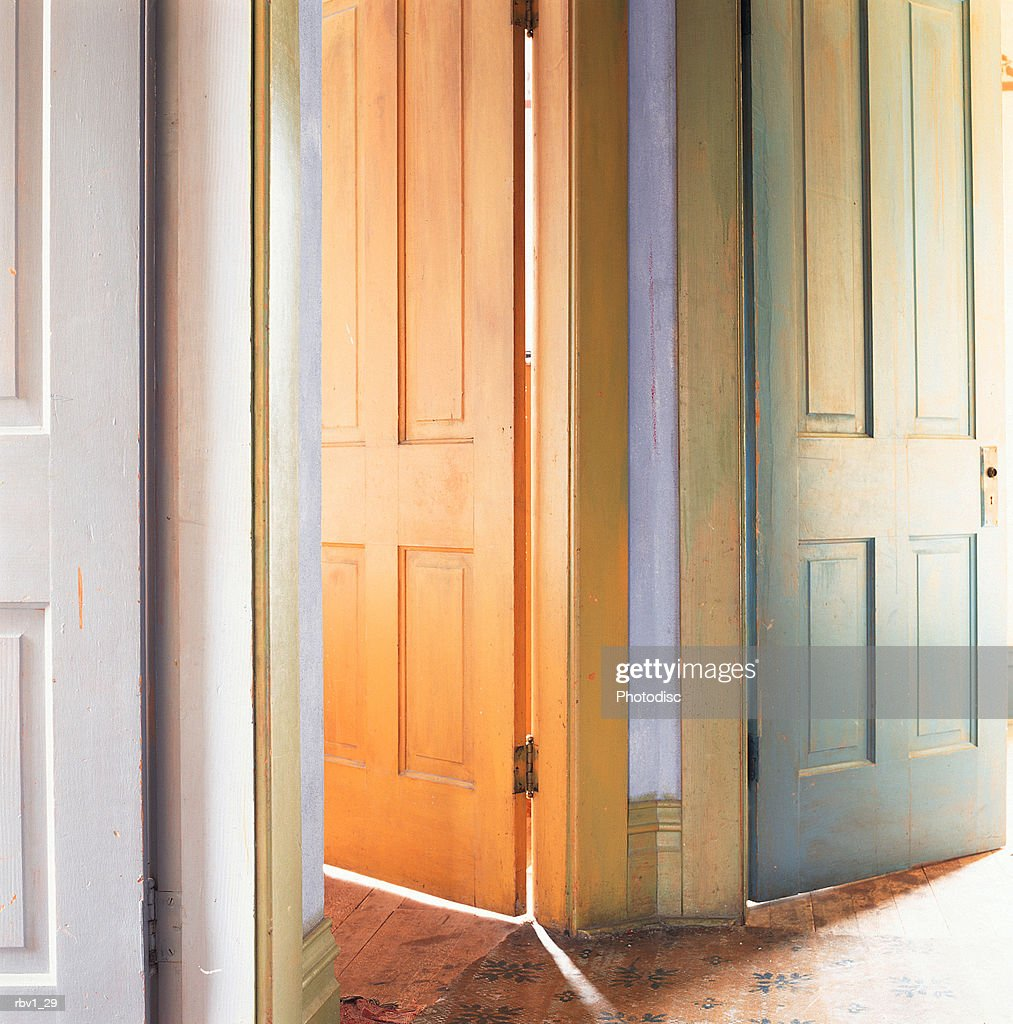 a series of doors are opened as sunlight shines through them : Foto de stock