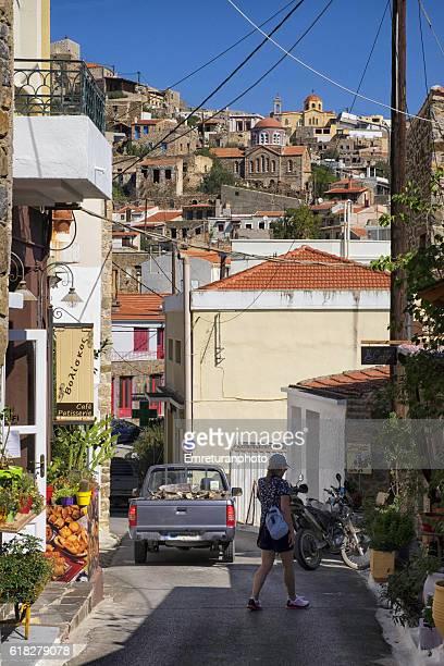 a street in the town of volissos,chios island - emreturanphoto stockfoto's en -beelden