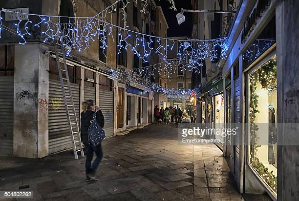 a street with xmas decorations in venice at night - emreturanphoto stock pictures, royalty-free photos & images
