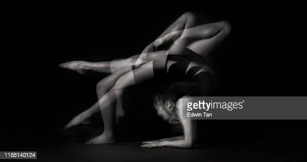 un tournage de studio avec une exposition multiple image en noir et blanc avec la pose de gymnastique - gymnastique au sol photos et images de collection