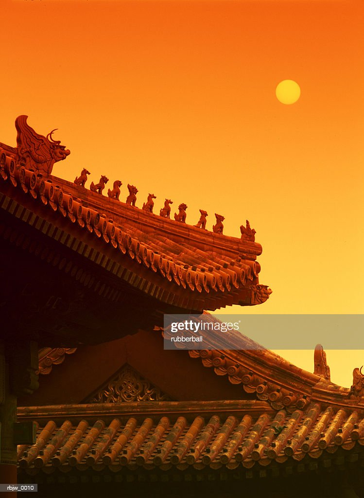 a vertical warm abstract photo of a traditional chinese temple roof : Stockfoto