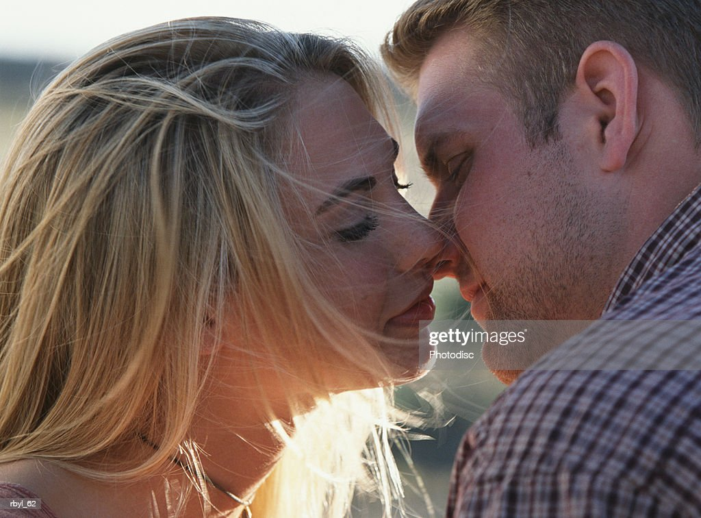 a young couple kissing : Foto de stock