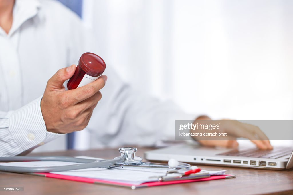 a young doctor prescribes medication. prescription pills are prescribed by the doctor. : Stock-Foto