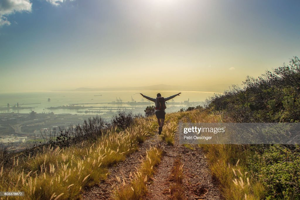 a Young man hiking up Devils Peak in Cape Town, South Africa. : Bildbanksbilder