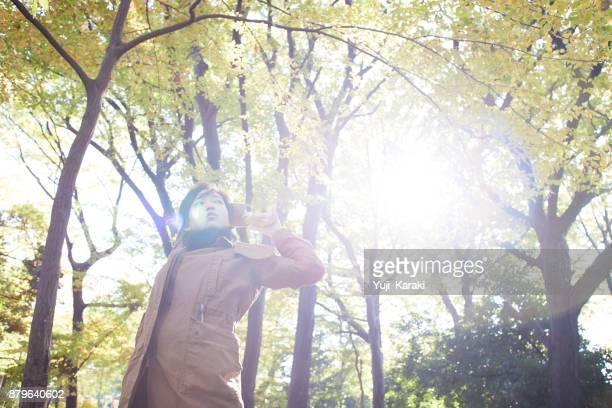 eine junge Frau, die Dehnung in einem Wald