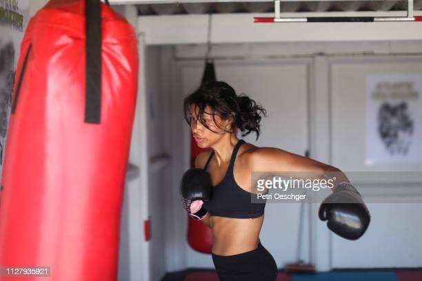 uma jovem mulher, treinamento para esportes de combate. - boxe feminino - fotografias e filmes do acervo