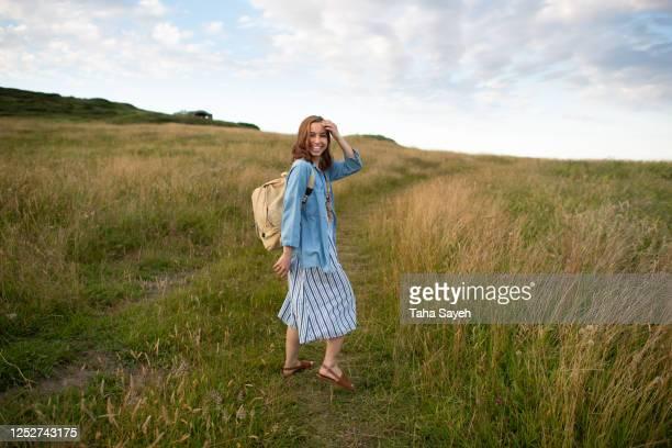 una joven que viaja - cantabria fotografías e imágenes de stock