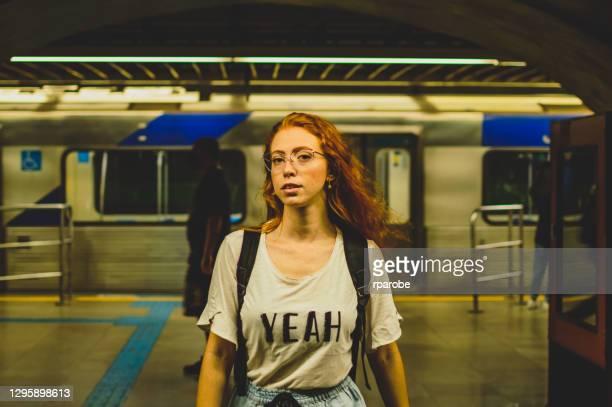 サンパウロの地下鉄で赤い髪をした若い女性 - メートル ストックフォトと画像