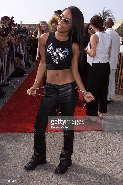 Aaaliyah at the at the 2000 Teen Choice Awards at the Barker hangar in Santa Monica CA on Sunday August 6 2000 Photo Kevin Winter/Getty Images