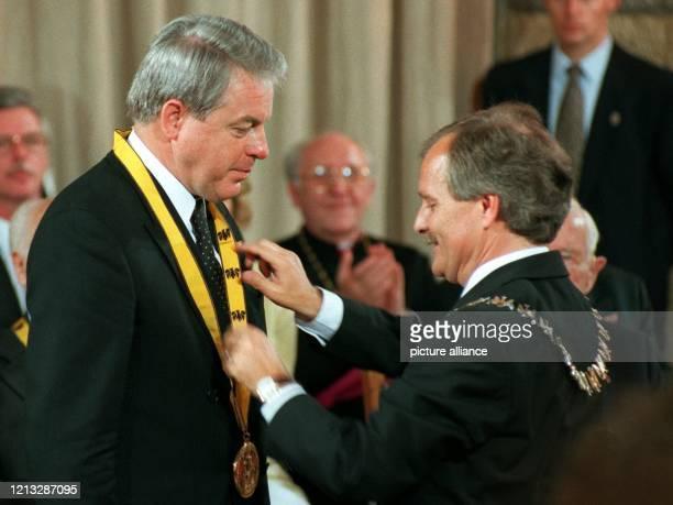 Aachens Oberbürgermeister Jürgen Linden überreicht den Karlspreis der Stadt an Franz Vranitzky Der Bundeskanzler von Österreich wurde für sein...