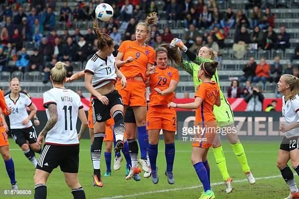 Aalen GERMANY Deutschland Test Laenderspiel Frauen Deutschland vs Niederlande Eng her geht es im Strafraum von Niederlande Sara Daebritz bleibt...