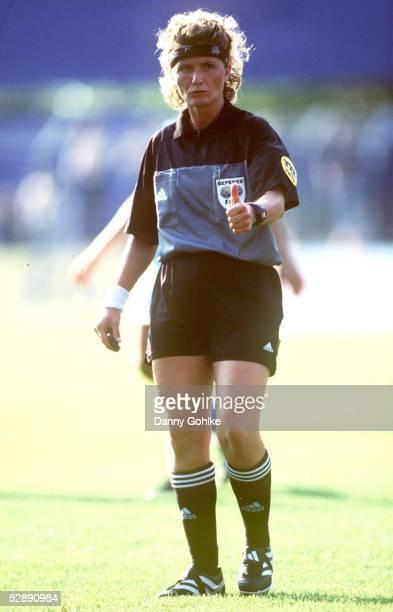 EM 2001 Aalen ITALIEN DAENEMARK 21 Schiedsrichterin Nicole PETIGNAT