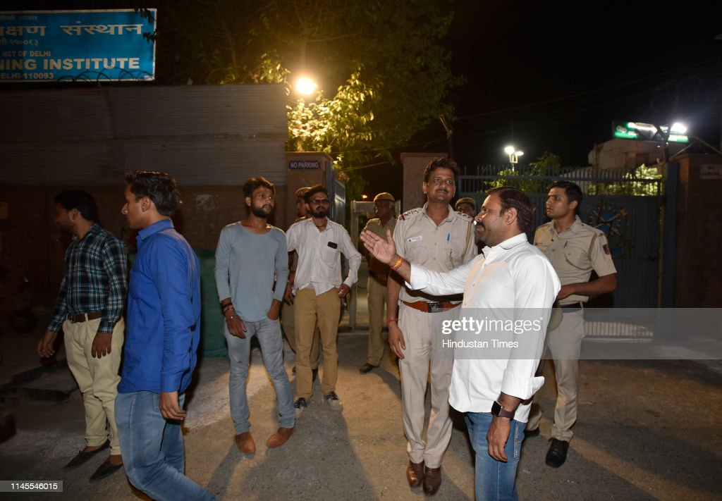 IND: Lok Sabha Election 2019 Opposition Parties Night Vigil Outside EVM Rooms Amid Tampering Row