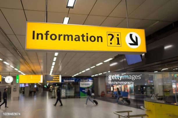 aankomst en vertrekinformatie op luchthaven schiphol airport amsterdam - information sign stock pictures, royalty-free photos & images