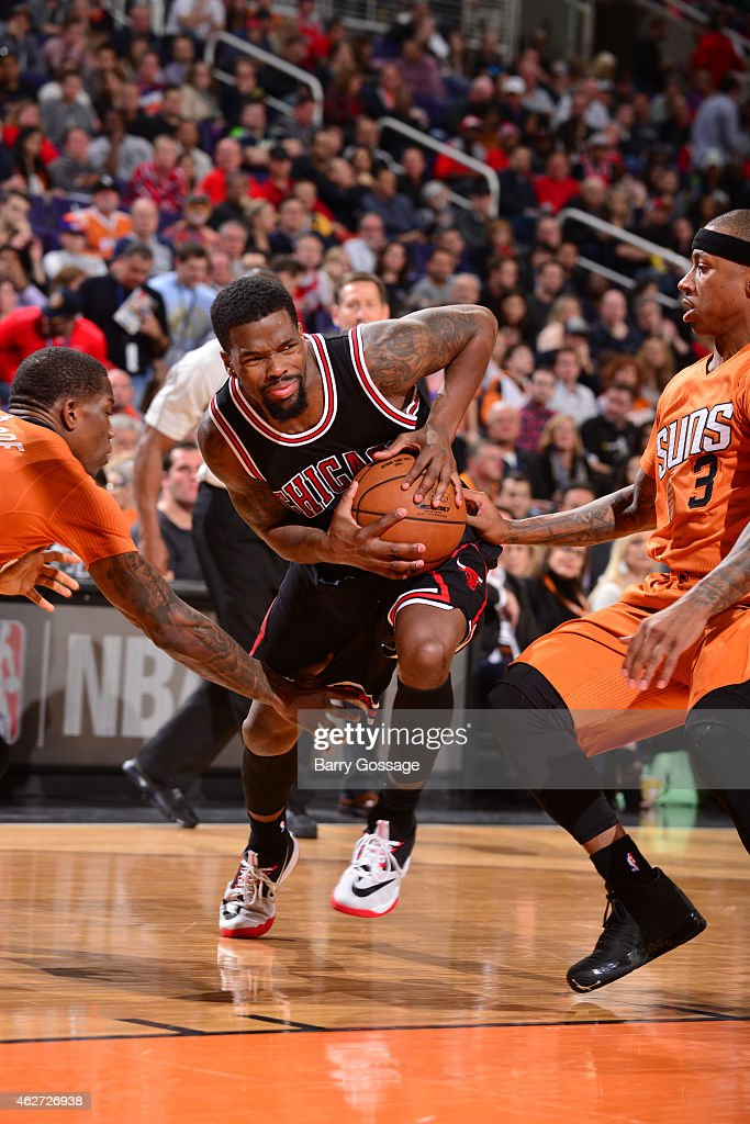 Aaron Brooks #0 of the Chicago Bulls drives against the Phoenix Suns on January 30, 2015 at U.S. Airways Center in Phoenix, Arizona.