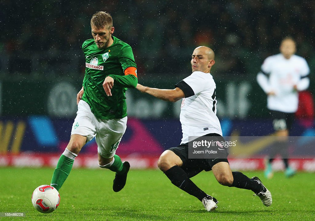 Aaron Hunt (L) of Bremen and Elkin Soto of Mainz compete for the ball during the Bundesliga match between SV Werder Bremen and 1. FSV Mainz 05 at Weser Stadium on November 4, 2012 in Bremen, Germany.