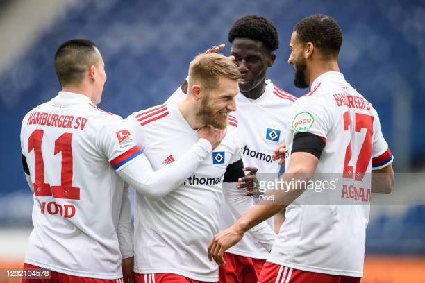 Aaron Hunt of Hamburg celebrates with teammates Bobby Wood, Amadou Mvom Onana und Joasha Vagnoman after scoring his second goal during the Second...