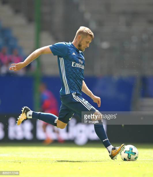 Aaron Hunt of Hamburg controls the ball during the preseason friendly match between Hamburger SV and Espanyol Barcelona on August 6 2017 in Hamburg...