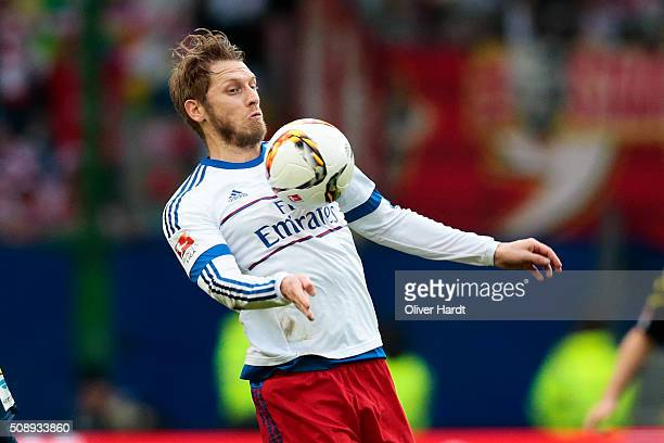 Aaron Hunt of Hamburg in action during the First Bundesliga match between Hamburger SV and 1 FC Koeln at Volksparkstadion on February 7 2016 in...