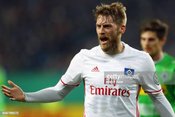 Aaron Hunt of Hamburg reacts during the DFB Cup quarter final between Hamburger SV and Borussia Moenchengladbach at Volksparkstadion on March 1 2017...