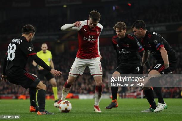 Aaron Ramsey of Arsenal surrounded by Ricardo Rodriguez of AC Milan and Manuel Locatelli of AC Milan and Riccardo Montolivo of AC Milan during the...