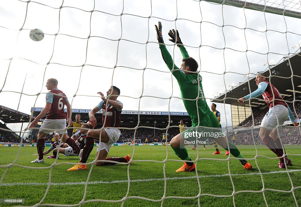 Aaron Ramsey scores a goal for Arsenal past Tom Heaton of Burnley during the match between Burnley and Arsenal in the Barclays Premier League at Turf Moor on April 11, 2015 in Burnley, England.
