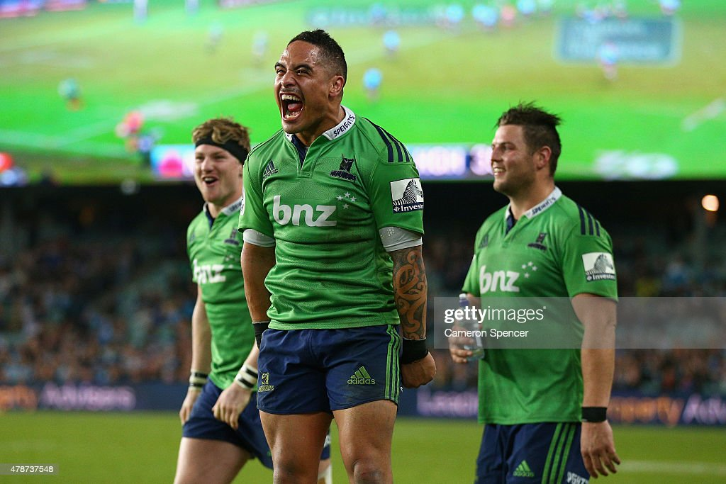 Aaron Smith of the Highlanders and team mates celebrate winning the Super Rugby Semi Final match between the Waratahs and the Highlanders at Allianz Stadium on June 27, 2015 in Sydney, Australia.