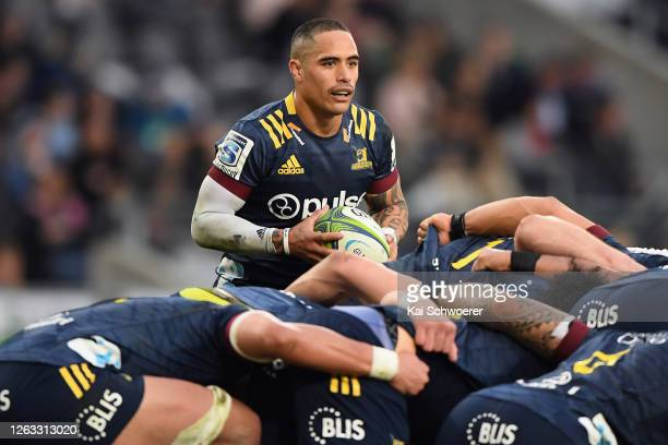 Aaron Smith of the Highlanders looks to feed the scrum during the round 8 Super Rugby Aotearoa match between the Highlanders and the Blues at Forsyth...