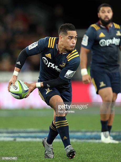 Aaron Smith of the Highlanders looks to pass the ball during the round 17 Super Rugby match between the Highlanders and the Chiefs at Forsyth Barr...