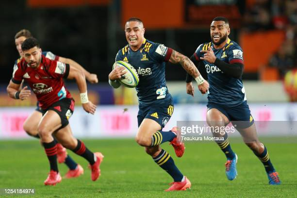 Aaron Smith of the Highlanders makes a break during the round 4 Super Rugby Aotearoa match between the Highlanders and the Crusaders at Forsyth Barr...