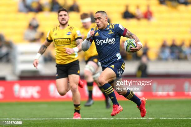 Aaron Smith of the Highlanders makes a break during the round 5 Super Rugby Aotearoa match between the Hurricanes and the Highlanders at Sky Stadium...