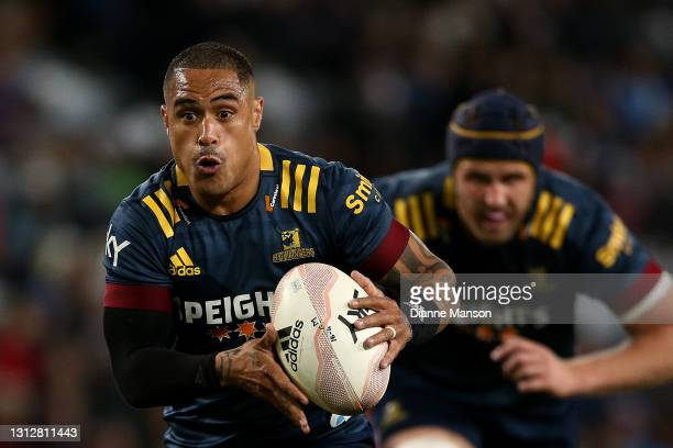 Aaron Smith of the Highlanders runs with the ball during the round eight Super Rugby Aotearoa match between the Highlanders and the Blues at Forsyth...