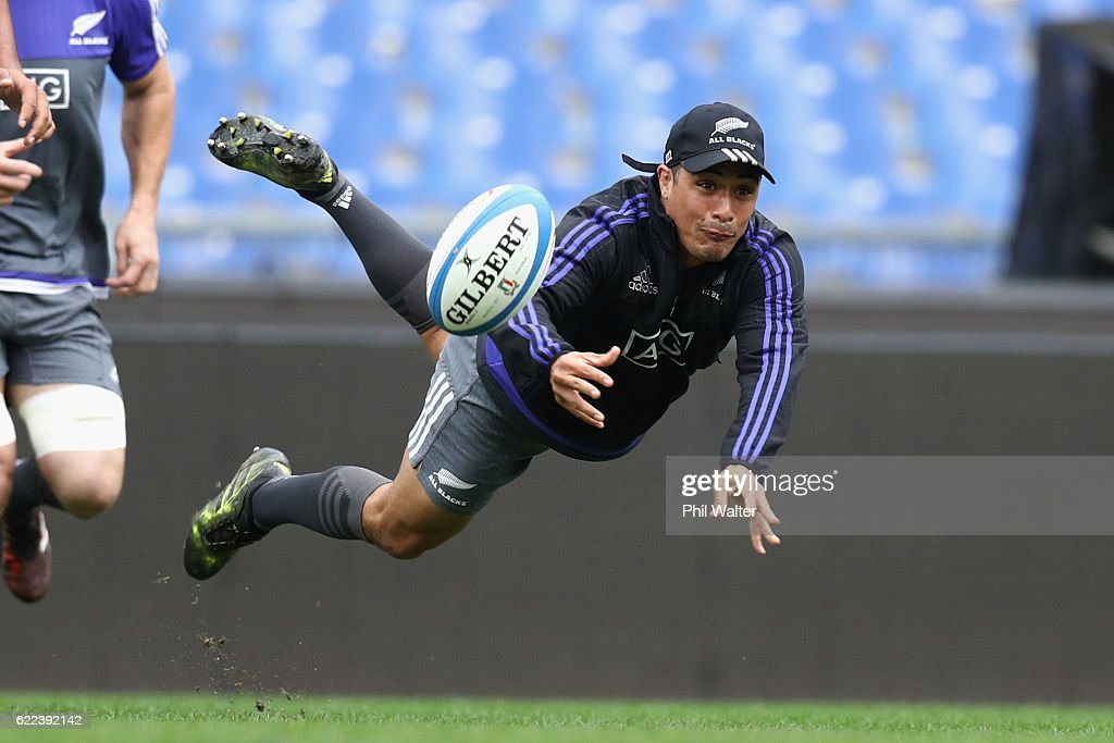 Aaron Smith of the New Zealand All Blacks passes the ball during the All Blacks captains run at Stadio Olimpico on November 11, 2016 in Rome, Italy.