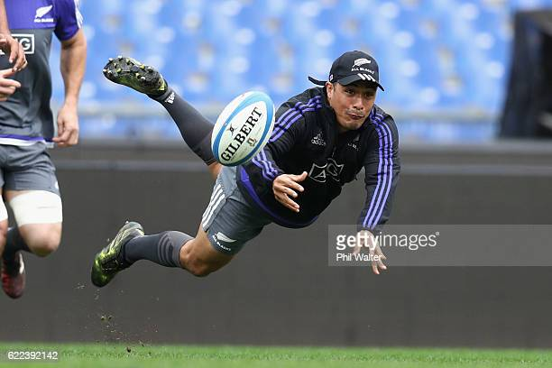 Aaron Smith of the New Zealand All Blacks passes the ball during the All Blacks captains run at Stadio Olimpico on November 11 2016 in Rome Italy