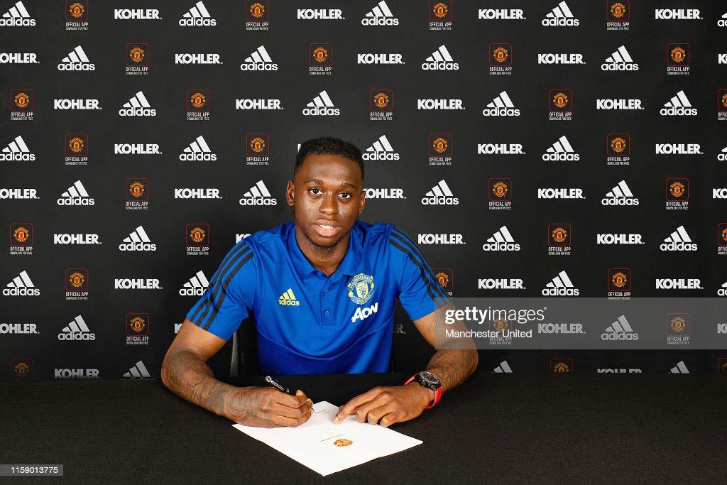 Manchester United Unveil New Signing Aaron Wan-Bissaka : Fotografía de noticias