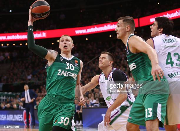 Aaron White #30 of Zalgiris Kaunas competes with Nemanja Nedovic #16 of Unicaja Malaga in action during the 2017/2018 Turkish Airlines EuroLeague...